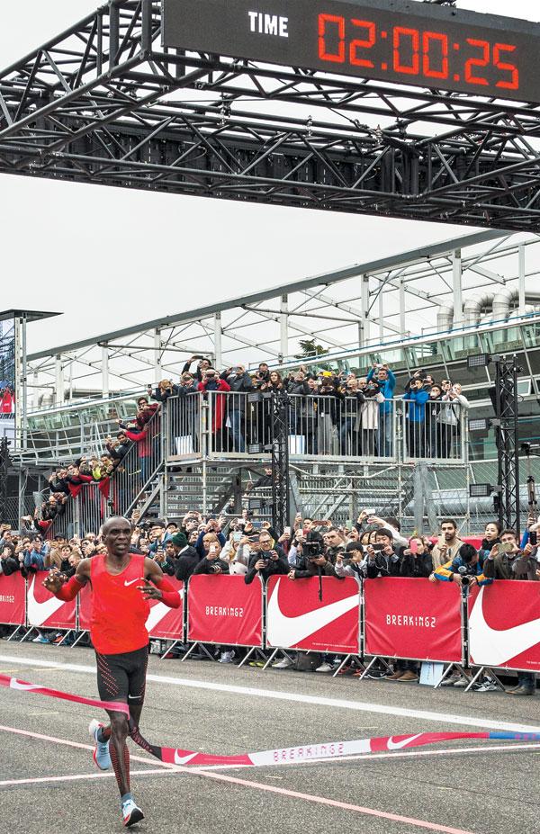 리우올림픽 남자 마라톤 금메달리스트 엘리우드 킵초게가 6일(현지 시각) 이탈리아 몬차'F1'(포뮬러 원) 서킷에서 마라톤 풀코스를 2시간 25초 만에 주파했다.
