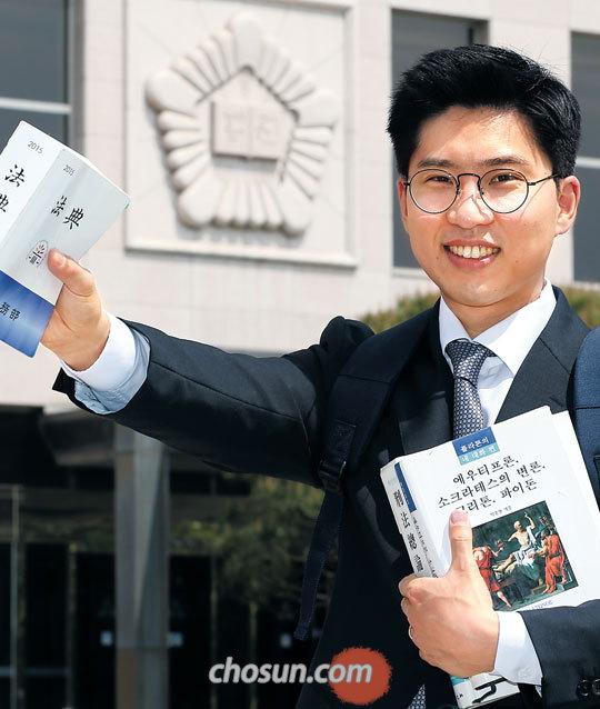 작년 사법시험에 최종 합격한 장권수(33)씨가 지난 4일 사법연수원에서 법전을 들고 활짝 웃었다.