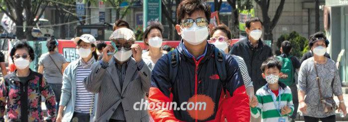 7일 오전 서울 종로구 세종로 4거리에서 남녀노소 대부분이 마스크를 쓴 채 횡단보도를 건너고 있다.