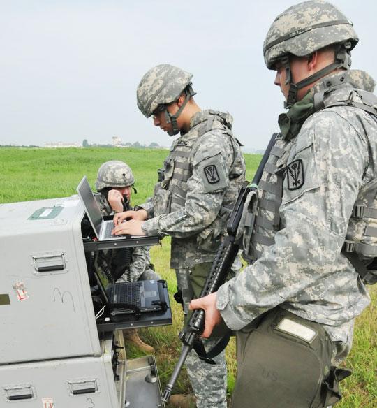 주한미군 제501정보여단 소속 병력들이 작년 9월 경기도 동두천의 캠프 호비에서 전술 통신 훈련을 하고 있다.