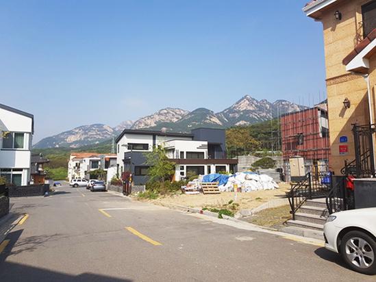 서울 은평뉴타운 단독주택가에 공사가 진행 중이거나 준비 중인 현장이 눈에 띈다. /김수현 기자