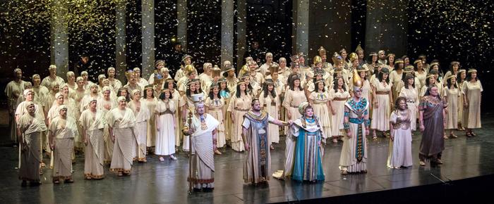 2부 마지막 순서였던 베르디 오페라 '아이다'에서 2막의 피날레를 부르고 인사하는 출연진. 그 위로 반짝이는 금빛 종이 가루가 쏟아져 내렸다.