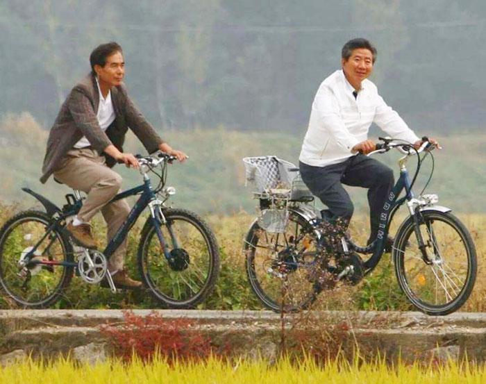 주영훈(왼쪽) 신임 대통령 경호실장이 과거 봉하마을에서 고(故) 노무현 전 대통령과 함께 자전거를 타며 경호하는 모습.