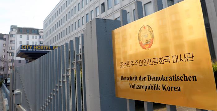 獨, 베를린 北대사관의 임대 행위 금지 - 독일 베를린의 북한대사관 출입구 한쪽에 '시티 호스텔 베를린'이라는 간판이 붙어 있다. 북한대사관은 2014년부터 대사관 건물 일부를 독일 호스텔 업체에 빌려주고 임대료를 받고 있다. 독일 정부는 유엔 안전보장이사회의 대북 제재 결의를 실행하기 위해 북한대사관의 상업적 임대 행위를 금지하기로 했다고 현지 언론이 9일(현지 시각) 보도했다.