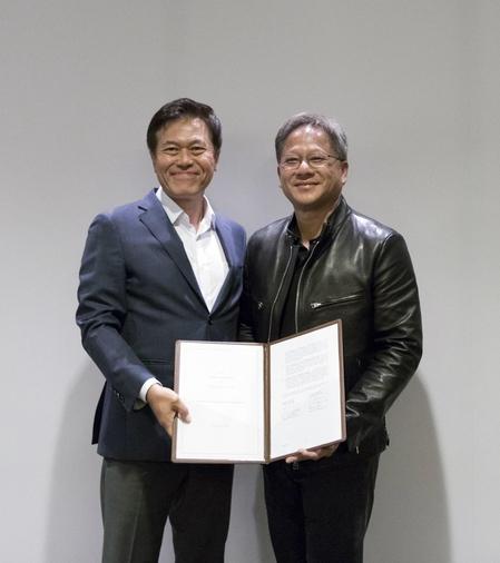 박정호 SK텔레콤 사장(왼쪽)과 엔비디아 젠슨 황(Jensen Huang) 최고경영자(CEO)는 2017년 5월 11일(현지시간) 미국 산 호세에서 자율주행차 공동 프로젝트 관련 전략적 협약을 체결했다. /  SK텔레콤 제공
