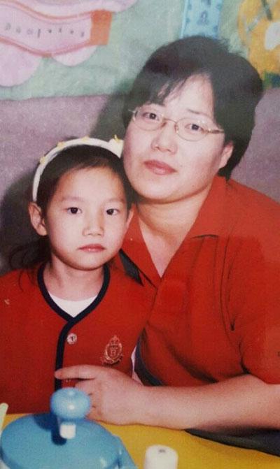 2학년 1반의 유일한 미수습 학생인 조은화양이 어린 시절 어머니 이금희씨와 찍은 사진.