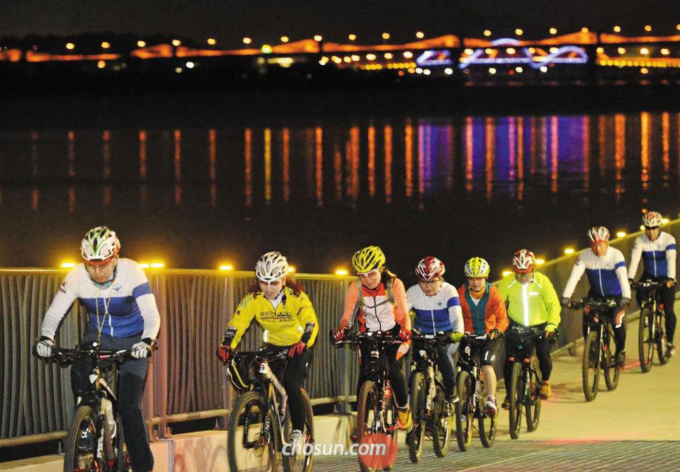 충주 자전거 순찰대원들이 지난 7일 탄금호 순환 자전거 길을 달리고 있다.