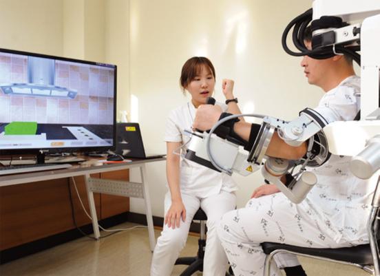 환자가 로봇을 장착한 채 재활치료를 받고 있다./ 세브란스병원 제공