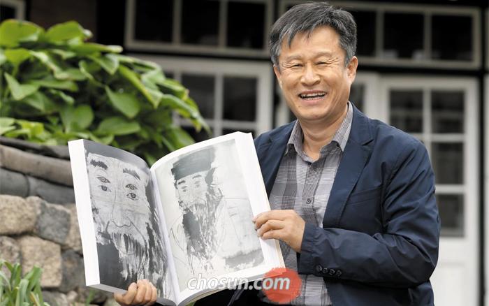 황희 정승 초상을 보여주는 김호석 화백.