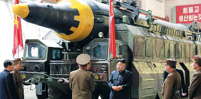 김정은 북한 노동당 위원장이 지난 14일 발사한'화성 12형 중거리탄도미사일(IRBM)'조립 현장을 지도하는 모습을 노동신문이 15일 보도했다.