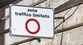 이탈리아 도시에서 흔히 볼 수 있는 교통제한구역 표지판.