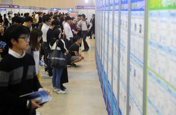 2016년 부산에서 열린 한 채용 박람회에서 구직자들이 일자리를 찾고 있다. /연합뉴스