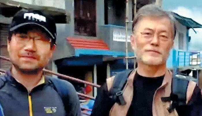 문재인(오른쪽) 대통령이 지난해 6월 네팔 히말라야 트레킹을 갔을 때 양정철 전 청와대 홍보기획비서관과 함께 찍은 사진.