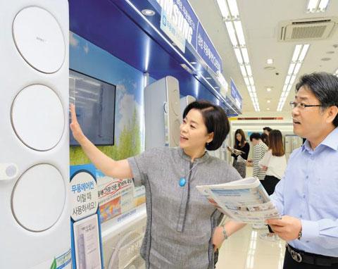 서울 강서구 삼성디지털플라자를 찾은 손님들이 매장에 전시된 무풍에어컨을 살펴보고 있다.