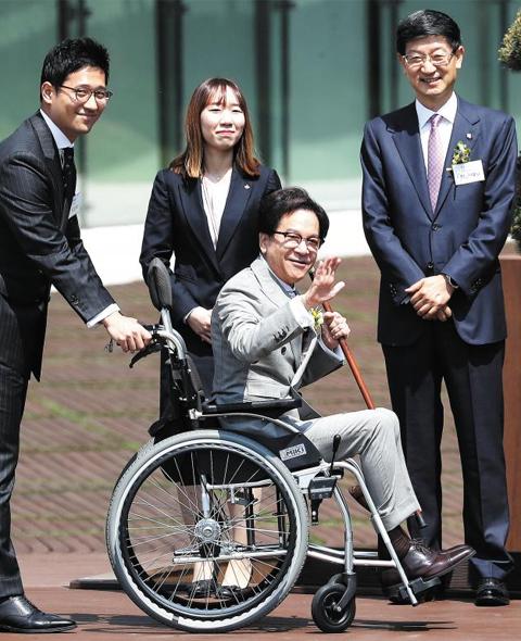 이재현 CJ그룹 회장이 17일 경기도 수원시 'CJ블로썸파크' 개관식에 참석해 기념식수를 마친 후 휠체어에 앉아 취재진에 손을 흔들고 있다.