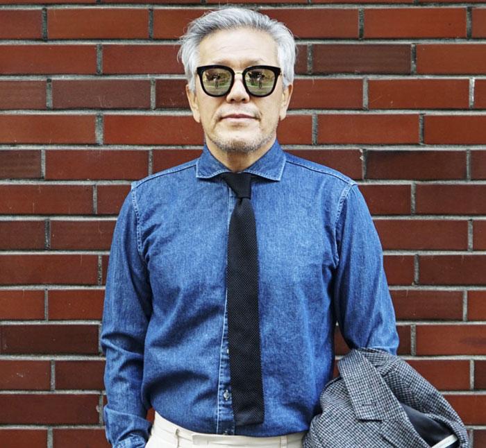 데님 셔츠에 니트 넥타이를 맨 전만수씨.