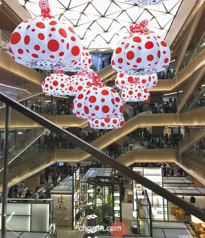 '일본 경제 부활의 상징'으로 떠오른 도쿄 긴자의 대형 쇼핑몰 '긴자 식스' 내부. 일본을 대표하는 현대미술가 구사마 야요이의 거대한 설치 작품이 중앙 홀 천장에 걸려 있다. 구사마를 비롯해 세계적인 일본 예술가가 합심해 만든 공간에선 일본 문화의 자신감이 엿보인다.