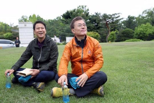 """블랙야크 """"문재인 점퍼 재출시한다"""""""