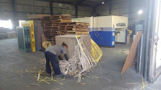 경기 시흥시 정왕동 시화공단에 위치한 한 포장지 제조공장에서 직원이 작업에 몰두하고 있다. /백예리 기자