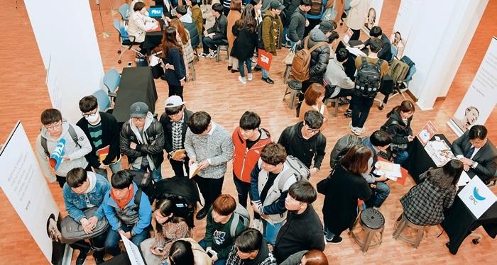 지난 3월 울산대 학생회관에서 열린 직무 중심 채용 관련 설명회에서 취업 준비생들이 공공기관·민간기업 인사 담당자와 상담하기 위해 줄을 서 있다.