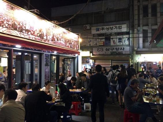 을지로 노가리 골목 일대에서 시민들이 즐거운 시간을 보내고 있다. /박수현 기자