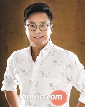 최근 새로운 아이웨어 브랜드 '아또르' 모델로 활약 중인 배우 윤다훈.