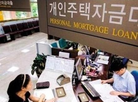 은행에서 돈을 빌리지 않으면 집을 살 수 없는 시대에 살고 있다. /조선일보 DB