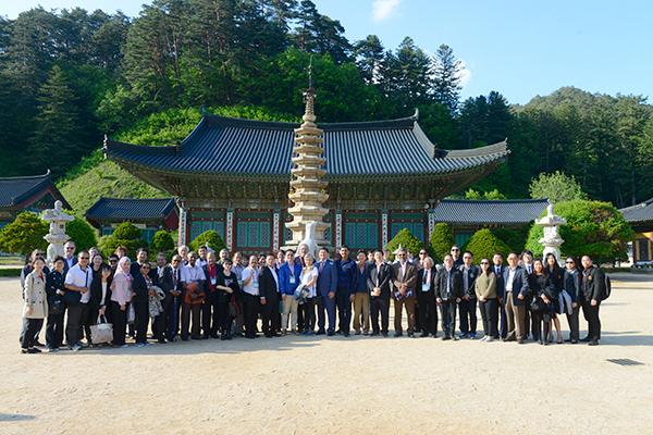 월정사에서 기념사진을 남기는 참가자들의 모습.