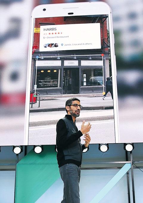 17일(현지 시각) 미국 마운틴뷰에서 열린 구글 연례 개발자 대회에서 순다르 피차이 최고경영자(CEO)가 인공지능(AI)을 적용한 최신 사진 서비스인'구글 렌즈'를 설명하고 있다.