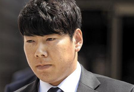 18일 오후 음주 뺑소니 사고 혐의로 법정에 선 메이저리거 강정호(피츠버그 파이리츠)가 서울 서초동 서울중앙지방법원에서 열린 항소심 선고 공판을 마친 뒤 법원을 나서고 있다.