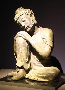 무릎을 세우고 생각에 잠긴 형상의 티베트 불상.