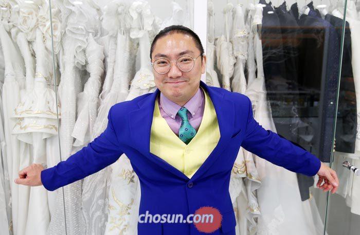 """직접 디자인한 의상으로 첫 패션쇼를 여는 앙드레김아뜨리에 김중도 대표는 """"예전보다 아버지를 더 닮아가고 이해해 가는 과정이 즐겁다""""고 했다."""