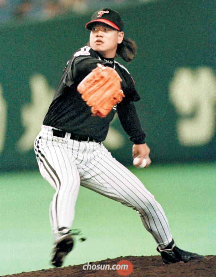 야생마 이상훈은 한·미·일 프로야구(1군) 무대를 모두 밟은 최초의 한국 선수였다. 전성기를 누리던 1995년 이상훈의 역동적인 투구 모습. 갈기머리를 휘날렸던 자유분방한 투수는 짧은 머리 지도자(왼쪽)가 됐지만 자신의 젊은 시절을 생각해서인지 가르칠 때는 '선수별 맞춤형'으로 한다.