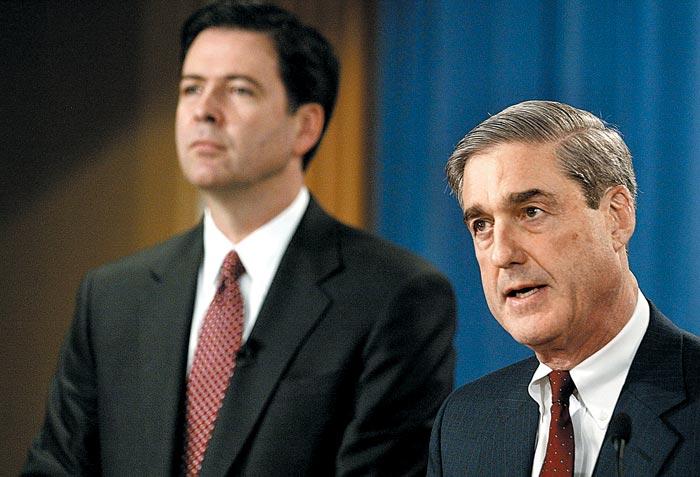 17일(현지 시각) 도널드 트럼프 대통령 대선 캠프와 러시아 간 내통 의혹을 수사할 특별검사에 임명된 로버트 뮬러(오른쪽) 전 FBI 국장이 2004년 2월 당시 제임스 코미(왼쪽) 법무부 부장관과 함께 기자회견장에서 제프리 스킬링 전 엔론 CEO를 기소한다고 밝히고 있다. 코미는 뮬러 후임으로 FBI 국장이 됐다.