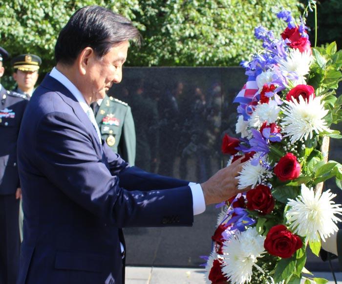 홍석현 대미(對美) 특사가 17일(현지 시각) 미국 워싱턴DC에 있는 6·25전 참전 용사 기념비에 헌화하고 있다.