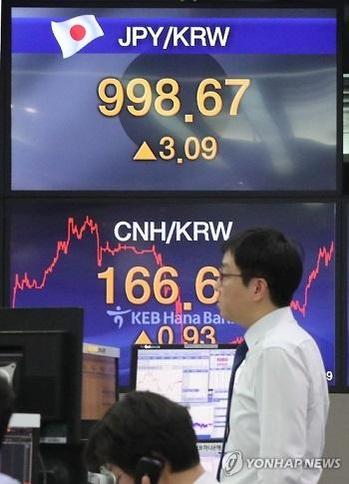 올해 처음으로 원·엔 환율이 100엔당 1000원 이하로 내려간 2월 시중은행 외환 딜링 전광판. /연합뉴스