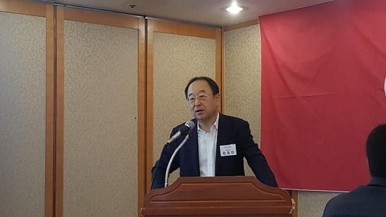 황충현 삼양옵틱스 대표이사가 19일 기자간담회에서 설명을 하고 있다.