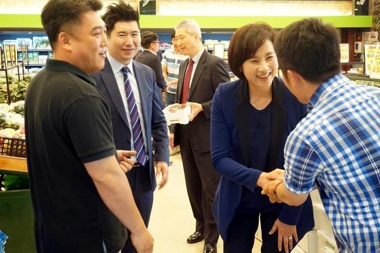 유은혜 더불어민주당 국회의원(고양시병)이 맘마식자재마트 일산식사점 개점행사를 찾아 관계자들과 인사하고 있다. /맘마먹자 제공