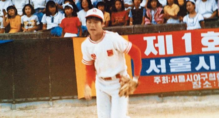 서울 학동초등학교 야구선수 시절의 서장훈. 방망이에는 소질이 있었지만 어깨는 강한 편이 아니었다