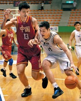 2000년 아시아프로농구리그에서 서장훈이 중국의 야오밍을 제치고 돌파를 시도하고 있다