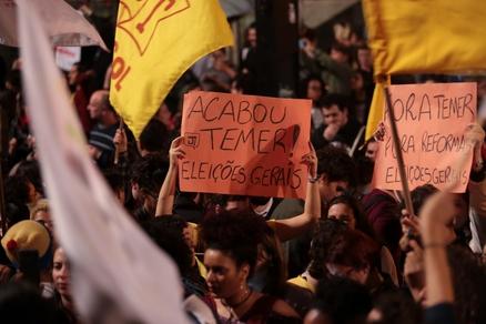 미셰우 테메르(Michael Temer) 대통령 정치스캔들에 상파울루에서 탄핵을 요구하는 시민들/블룸버그 캡처