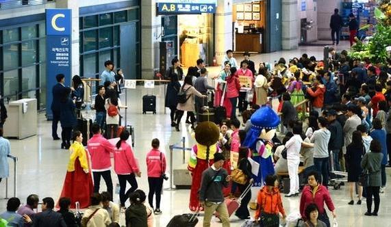 지난해 4월 중국 노동절 연휴를 맞은 인천시 중구 인천국제공항 입국장이 외국인 관광객들로 붐비고 있다. /연합뉴스 제공