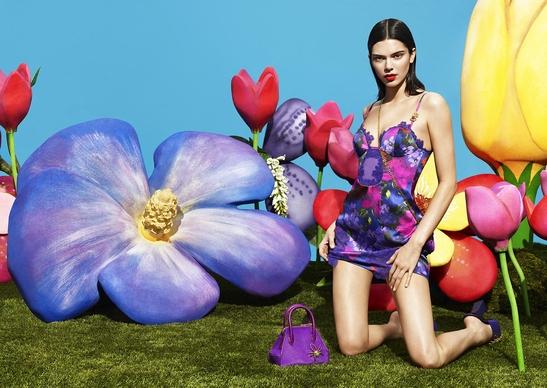 라펠라의 프리폴 컬렉션 대표 룩, 실크 스트레치 소재의 꽃무늬 슬립 드레스와 마이크로 사이즈 크로스 백  아다 백(Ada Bag)이 눈길을 끈다./사진=라펠라