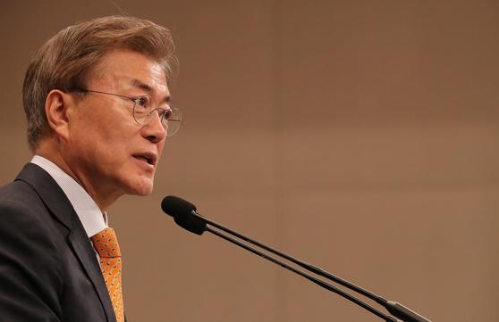 문재인 대통령이 19일 청와대 춘추관 대브리핑실에서 김이수 헌법재판소장 지명을 발표한 뒤 기자들의 질문에 답변하고 있다. / 사진=연합뉴스