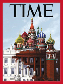 """미국 집어삼키는 러시아? - 18일(현지 시각) 공개된 미국 시사 주간지 타임 최신호 표지. 미국 백악관 위에 러시아 모스크바를 상징하는 성 바실리 대성당이 얹혀 있고, 성당에서 흘러내리는 붉은색이 하얀 백악관을 물들이는 모습이다. 워싱턴포스트는 """"러시아가 미국을 집어삼키는 것을 단적으로 표현했다""""고 보도했다."""