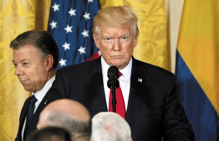 도널드 트럼프(오른쪽) 미국 대통령이 18일(현지 시각) 백악관에서 후안 산토스(왼쪽) 콜롬비아 대통령과 정상회담을 한 후 가진 공동 기자회견에서 기자들의 질문을 듣고 있다.