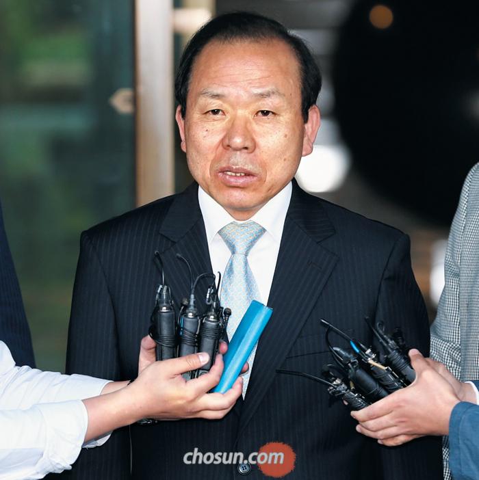 19일 헌법재판소장 후보로 지명된 김이수 재판관이 퇴근을 위해 서울 종로구 헌법재판소를 나서며 기자들의 질문을 받고 있다.