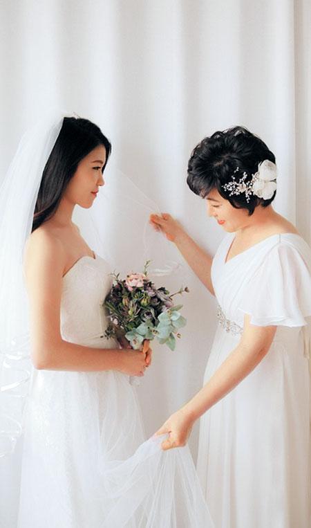 문지선씨는 자신의 결혼과 부모님 결혼 30주년을 기념해 어머니와 웨딩드레스를 입고 스튜디오 촬영을 했다.