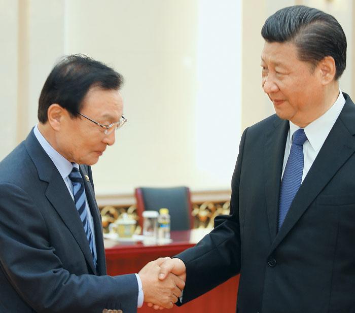 이해찬(왼쪽) 중국 특사가 지난 19일 베이징 인민대회당에서 시진핑 주석과 악수하고 있다.