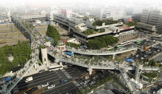 5월 20일 개장한 서울로7017. 1970년에 생긴 고가차로가 17개 보행길로 태어난다는 의미를 담았다. 길을 따라 645개의 원형 화분이 배열되어 있다.